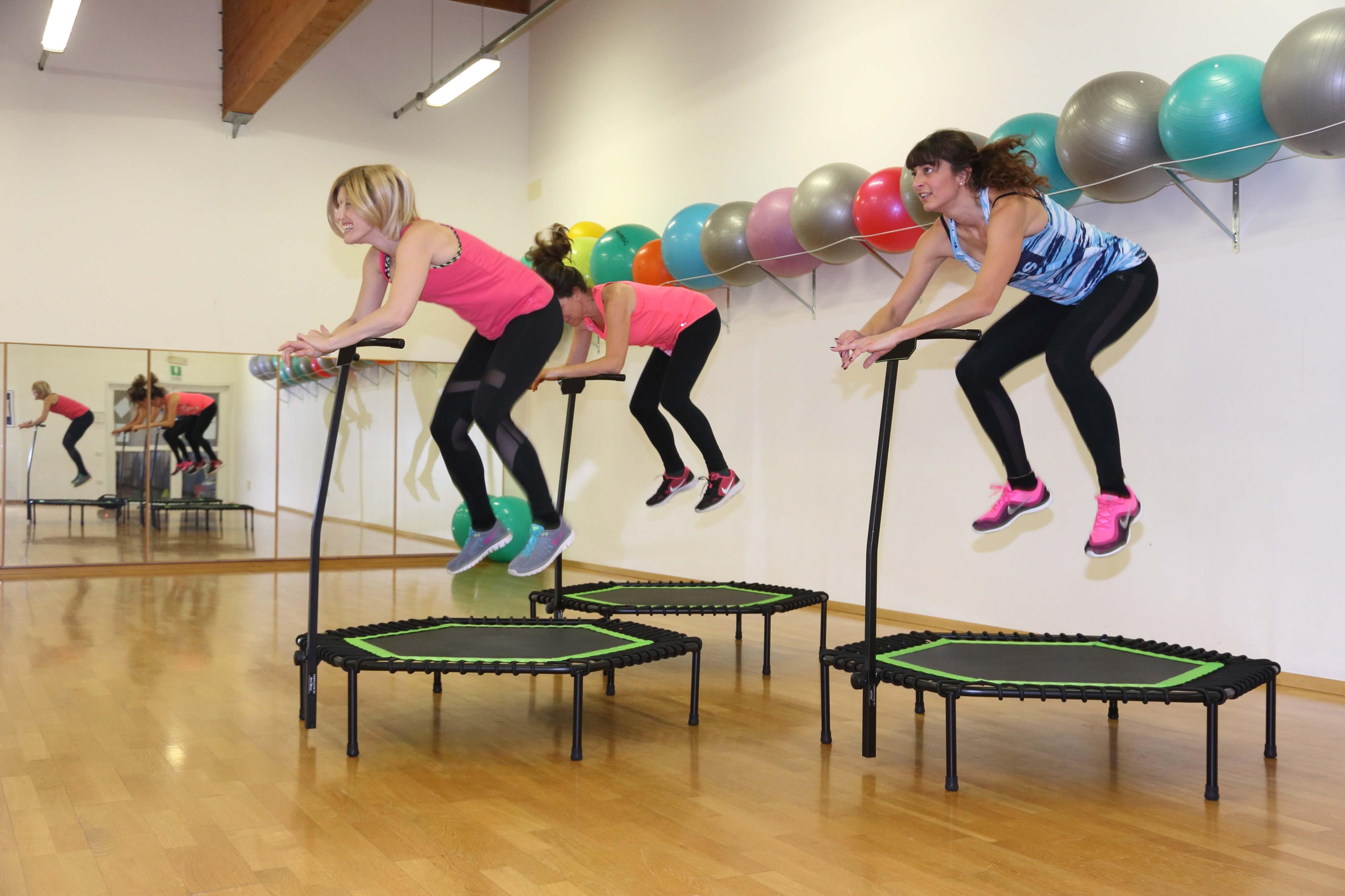 esercizi di fitness musicale con trampolino